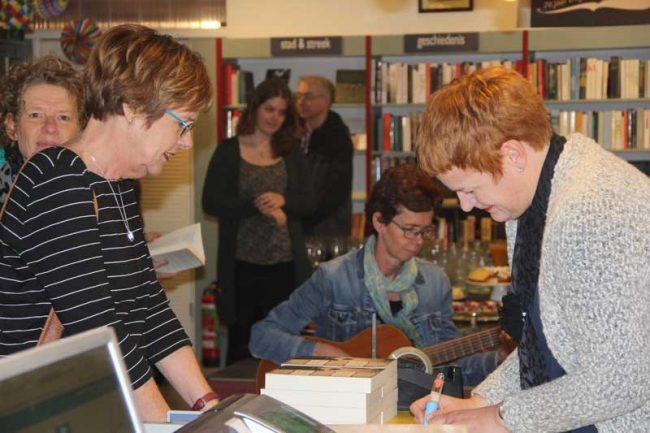 Anke aan het signeren. Foto: Monique de Wit