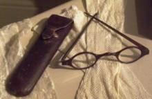 De brillenkoker en bril van mevrouw Austen.